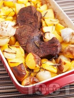 Печено крехко телешко месо (шол) с картофи и розмарин в тава на фурна - снимка на рецептата